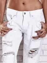 Ecru spodnie boyfriend jeans z dziurami