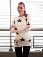 Ecru sweter w gwiazdy z efektem destroyed