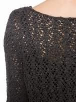 Grafitowy sweter o ażurowym splocie