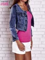 Granatowa jeansowa kurtka z kieszeniami i dekatyzacją