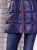 Granatowa ocieplana kurtka z futrzanym wykończeniem kaptura