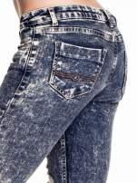 Granatowe marmurkowe spodnie skinny jeans z przetarciami