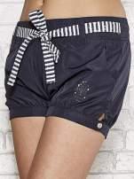 Granatowe szorty damskie w stylu marynarskim