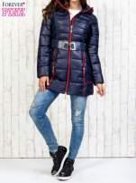 Granatowy płaszcz z paskiem i kolorowymi suwakami