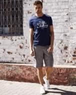 Granatowy t-shirt męski z marynarskim motywem i napisem SAILING