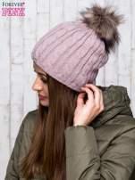 Jasnobrązowa czapka z warkoczowym splotem i futrzanym pomponem