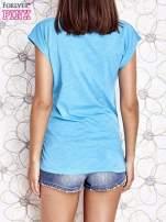 Jasnoniebieski t-shirt z nadrukiem znaku zapytania