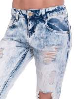 Jasnoniebieskie spodnie jeansowe z dziurami