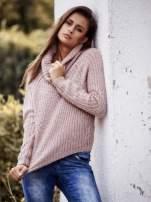Jasnoróżowy sweter oversize z luźnym golfem
