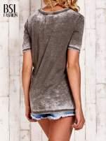 Khaki t-shirt z numerkiem efekt acid wash