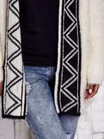 Kremowy puszysty sweter z geometrycznym wykończeniem