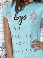 Miętowy t-shirt z napisem BOYS ONLY FALL IN LOVE WITH BAD