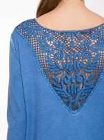 Niebieska bluza z koronkową wstawką na plecach