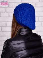Niebieska dziergana czapka