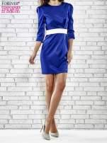 Niebieska elegancka sukienka z satyny z drapowaniem