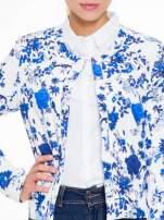 Niebieski kwiatowy żakiet chanelka zapinany na haczyk