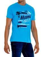Niebieski t-shirt męski z nadrukiem napisów MIAMI FLORIDA 1955