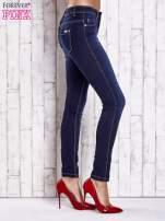 Niebieskie dopasowane spodnie jeansowe