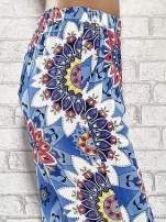 Niebieskie spodnie dzwony w etniczne wzory