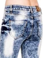 Niebieskie spodnie skinny jeans marmurki z rozjaśnianą nogawką