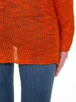 Pomarańczowy sweter z oczkami przy ramionach