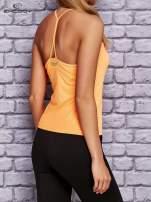 Pomarańczowy top sportowy z siateczką i ramiączkami w kształcie litery T na plecach