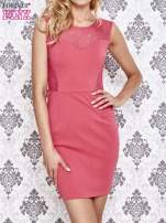 Różowa sukienka tuba z koronkowymi wstawkami
