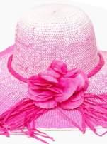 Różowy kapelusz słomiany z dużym rondem i kwiatem