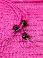Różowy kapelusz słomiany z dużym rondem i kwiatkami