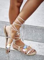 Srebrne sandały damskie gladiatorki z pomponami
