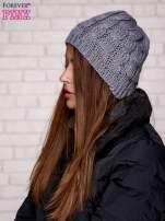 Szara czapka z metaliczną nicią