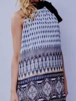 Szara wzorzysta sukienka wiązana na szyi na wstążkę