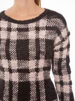 Szaro-różowy długi sweter w kratę