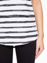 T-shirt na szerokich ramiączkach w biało-czarne paski