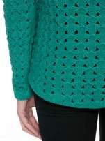 Zielony dziergany sweter z ozdobnymi oczkami