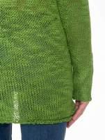 Zielony sweter z oczkami przy ramionach