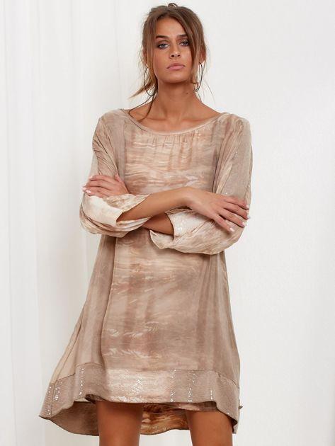 SCANDEZZA Beżowa sukienka oversize z cekinami w malarski deseń                              zdj.                              1