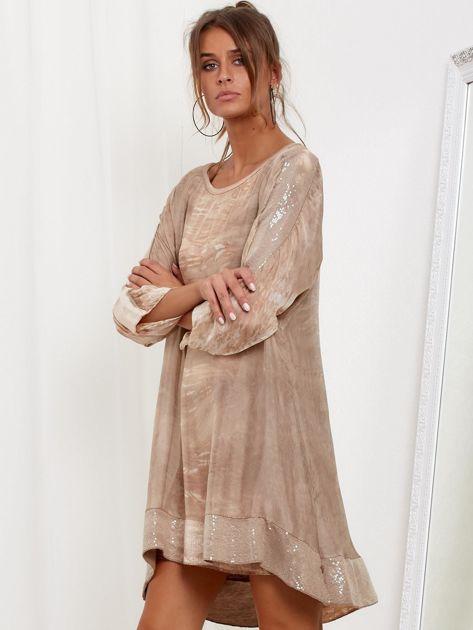 SCANDEZZA Beżowa sukienka oversize z cekinami w malarski deseń                              zdj.                              3