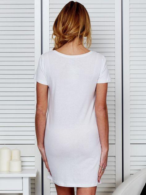 Koszula nocna biała bawełniana z nadrukiem                              zdj.                              2
