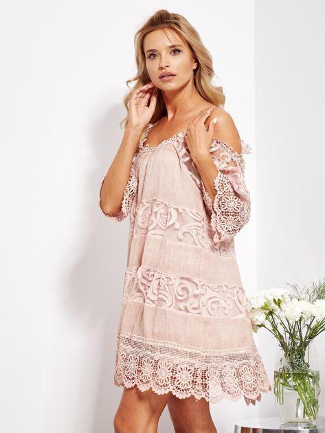 Pudroworóżowa sukienka cold shoulder z koronką i cekinowym haftem                              zdj.                              8
