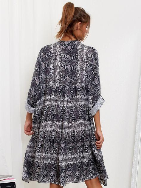 SCANDEZZA Szara sukienka oversize w wężowy wzór                              zdj.                              2