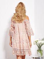 Pudroworóżowa sukienka cold shoulder z koronką i cekinowym haftem                                  zdj.                                  7