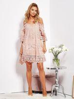 Pudroworóżowa sukienka cold shoulder z koronką i cekinowym haftem                                  zdj.                                  4