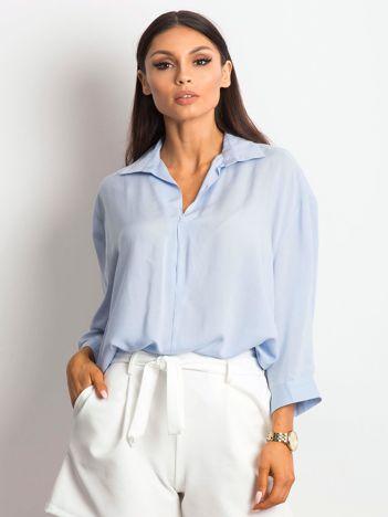 Niebieska koszula o luźnym kroju