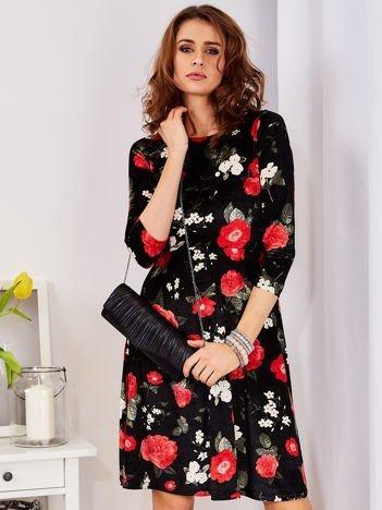 Aksamitna czarna sukienka w kontrastowe kwiaty