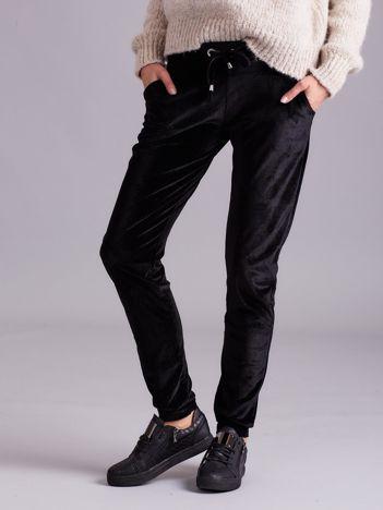 Aksamitne spodnie dresowe z troczkami czarne
