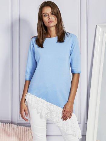 Asymetryczna tunika z koronkową falbaną niebieska