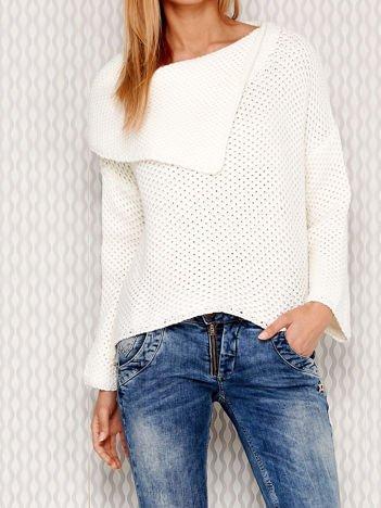 Asymetryczny sweter z szerokim kołnierzem ecru