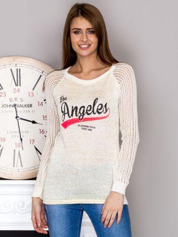 Ażurowy beżowy sweter z napisem