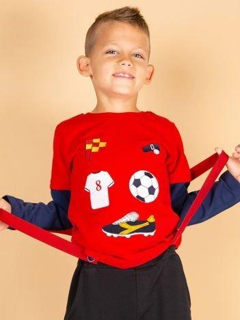 Bawełniana czerwona bluzka dla chłopca ze sportowymi naszywkami
